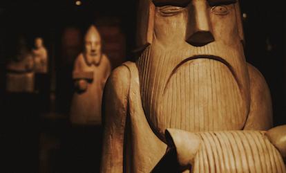 Wikinger-Holzstatuen